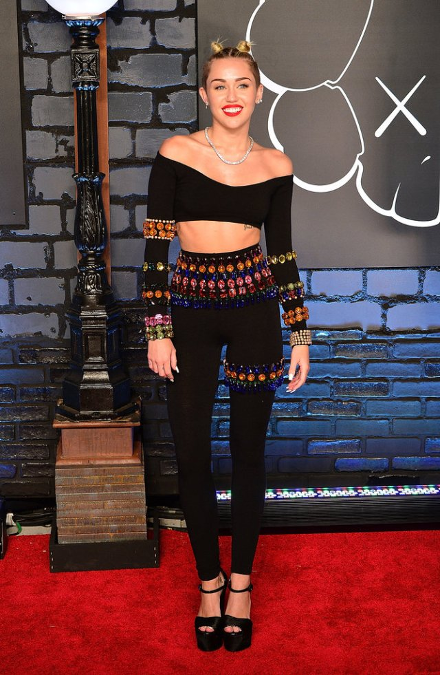 Cyrus-hit-2013-MTV-Video-Music-Awards-red-carpet-ab-flaunting-Dolce-amp-Gabbana-duo-Her-matching-top-leggings-were-both-adorned-brightly-colored-rhinestones-outshined-over-100-carats-Lorraine-Schwartz-diamond